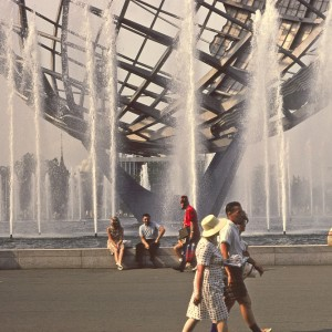 1964-65_New_York_World's_Fair_Unisphere_fountain